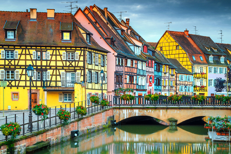 Beautiful ornamental walkway with traditional colorful houses, Colmar, France, Europe Banque d'images