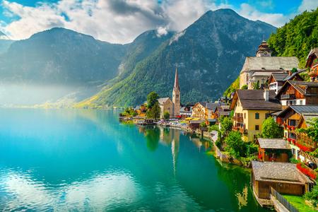 Pittoresk bergdorp toeristische locatie. Het bekendste beroemde oude alpiene dorp met spectaculair mistig meer en houten huizen, Hallstatt, Salzkammergut-gebied, Oostenrijk, Europa