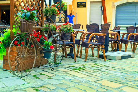 Summer travel location with stone paved old street. Street cafe bar and old ornamental bicycle with flowers in Rovinj medieval town, Croatia, Istria region, Europe Banque d'images