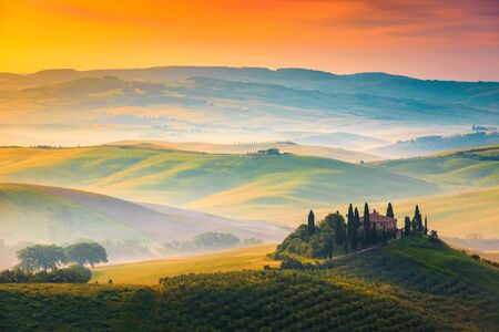 Malerische neblige Morgenlandschaft des Herbstes bei Sonnenaufgang, Toskana, Italien, Europa