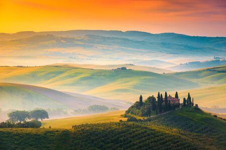Pittoresk herfst mistig ochtendlandschap bij zonsopgang, Toscane, Italië, Europa