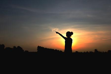 Silhouette donna al tramonto tempo. Archivio Fotografico