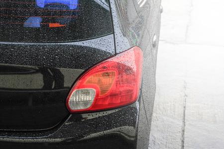 lavado: Gotas de agua en una superficie de coche, lavado de autos, coche negro en el t�nel de lavado