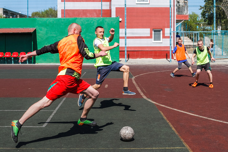 Uzhgorod, Ukraine - April 21, 2018: Young people play amateur mini-football on the field in one of the city's courtyards. Stockfoto - 104747799