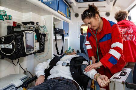 Sanitäter untersuchen das Opfer während des Feuertrainings in einer örtlichen Schule in Uzhgorod, Ukraine - 12. November 2019.