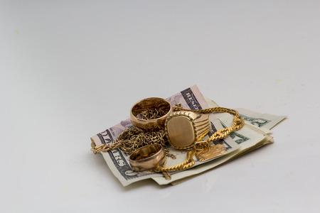 Ornements d'or et d'argent isolé sur un fond blanc  Banque d'images