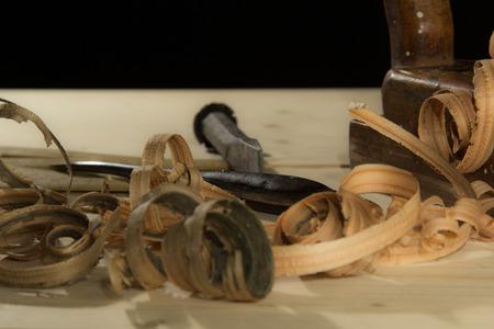 Curled wooden shaving on wooden background Standard-Bild