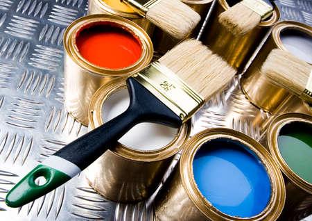 gold cans: Vernice e spazzole Archivio Fotografico