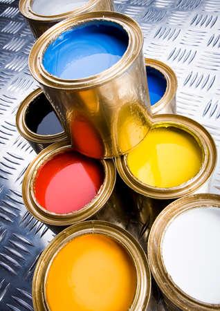 gold cans: Paint e lattine d'oro Archivio Fotografico