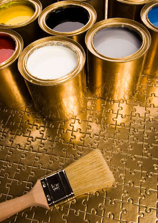 gold cans: Pennello e lattine  Archivio Fotografico