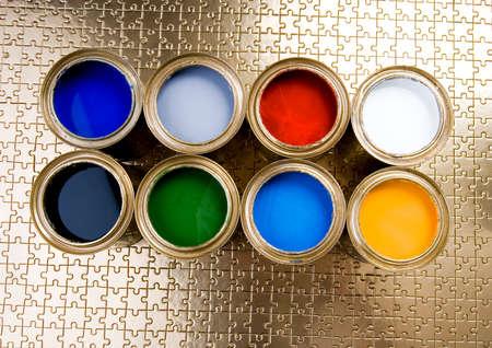 gold cans: Lattine di vernice e oro  Archivio Fotografico