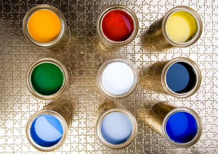 gold cans: E barattoli di vernice oro