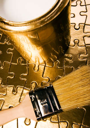 gold cans: Barattoli di vernice e oro