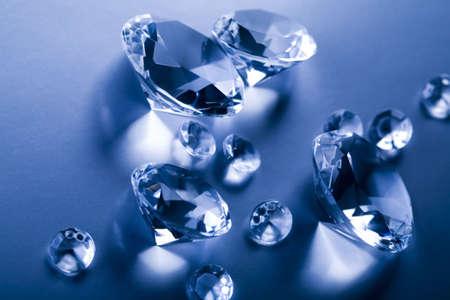 gemstones: Diamonds geïsoleerd op blauwe achtergrond