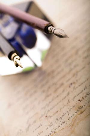 pluma de escribir antigua: Papel de fondo y tinta y pluma