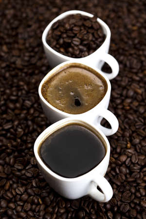 comida colombiana: Caf� oscuro en los granos de caf� tostado Foto de archivo