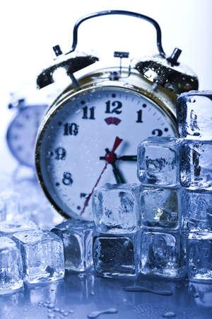 cubos de hielo: Cl�sico reloj despertador con cubos de hielo