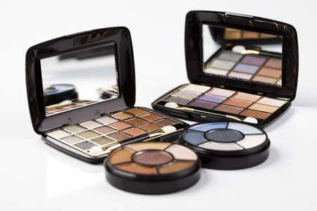 Palet van poeder eyeshadows op witte achtergrond  Stockfoto