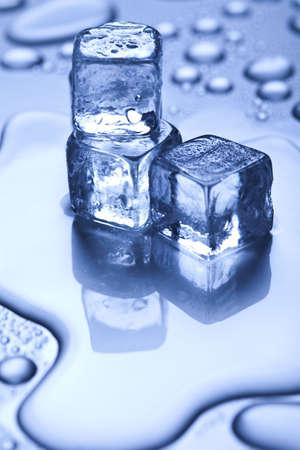 cubos de hielo: Fondo azul Foto de archivo
