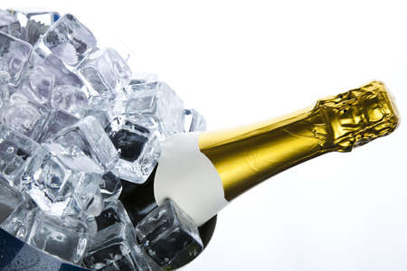 bouteille champagne: Bouteille de Champagne dans une glaci�re.
