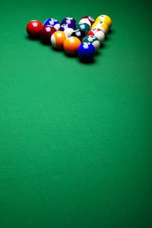 bola de billar: Bolas de piscina juegos contra un verde Foto de archivo