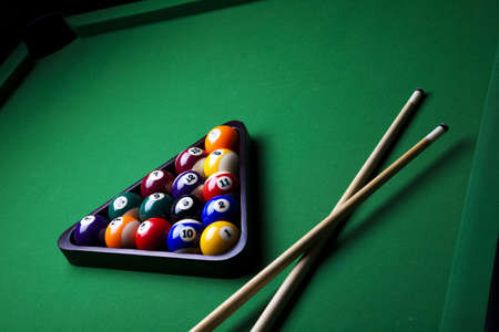 9 ball: Pool sticks cross