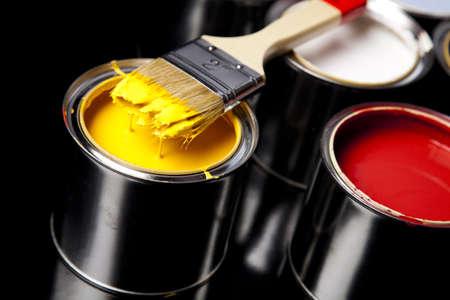 gold cans: Lattine e vernice e pennello Archivio Fotografico