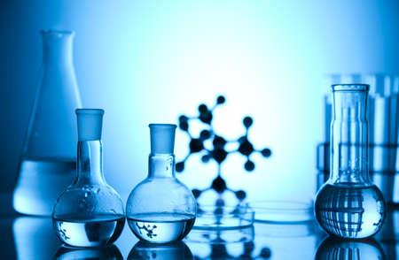 material de vidrio: Modelo molecular y frascos en el laboratorio Foto de archivo