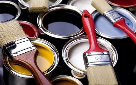 pintor de casas: Pintura, latas de pintura, un cepillo Foto de archivo