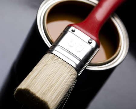 pintor de casas: Latas de pintura con pincel Foto de archivo