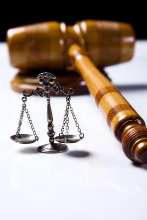 orden judicial:  Escala de justicia y martillo