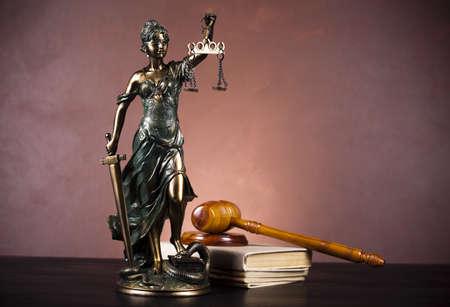 court order: Escalas de Justicia y el Derecho