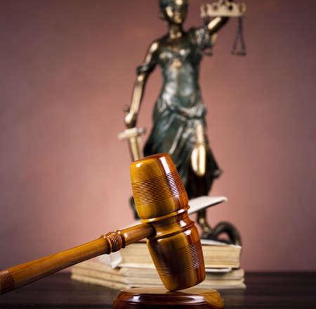 court order: Antigua estatua de la justicia, derecho