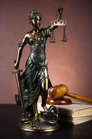 dama de la justicia: Antigua estatua de la justicia, la ley
