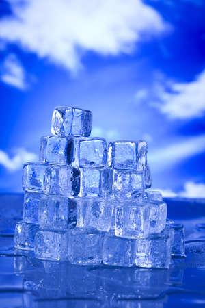 melting ice: Derritiendo cubitos de hielo Foto de archivo