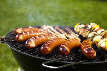 화염에 고기를 굽고, 맛있는 저녁 식사