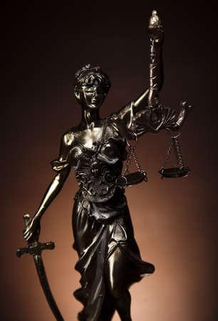 court order: Antigua estatua de la justicia, la ley