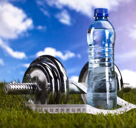 Bottiglia di acqua e fitness, e cielo blu