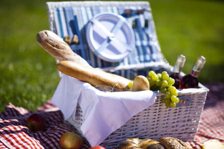 Picnic basket Stock Photo - 15243718