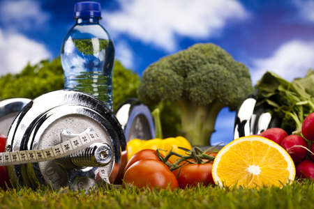 vitamina a: Verduras y frutas de fitness y cielo azul Foto de archivo
