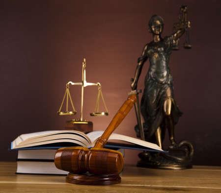 orden judicial: Estatua antigua de la justicia, la ley