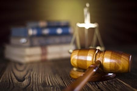 裁判官、法的コードおよびスケールの木槌 写真素材