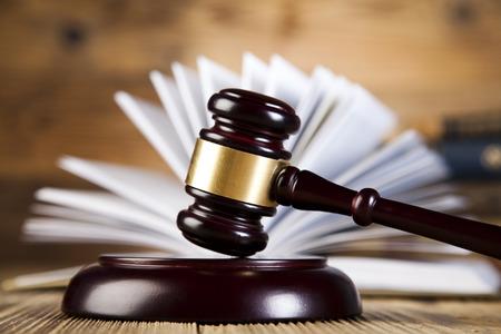 Juridische hamer op een wet boek