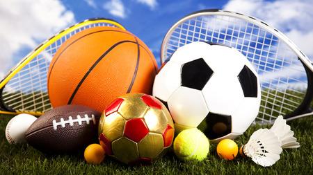 各種スポーツ用品と草