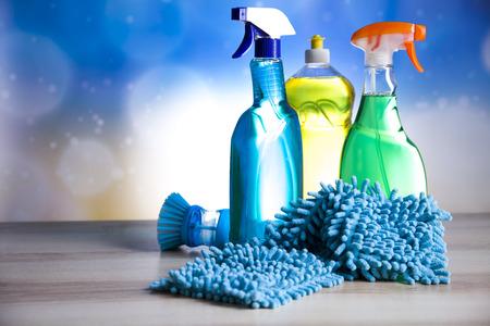 Verscheidenheid van schoonmaak-producten, thuis werk