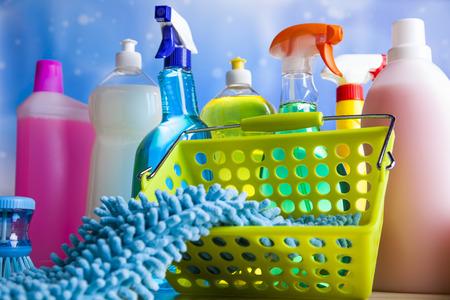 Attrezzi per le pulizie di casa e del lavoro tema colorato