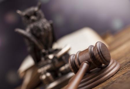 法律テーマ、裁判官、木製小槌の木槌 写真素材