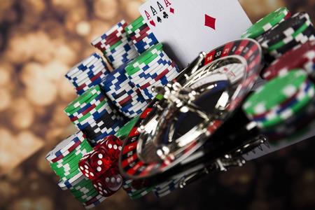 Poker chips op een gokken met casino roulette Stockfoto