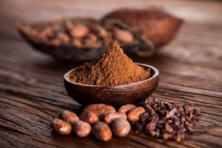 Cacaobonen en poeder en voedseldessertachtergrond