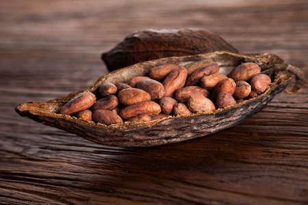 Cacao pod op houten achtergrond